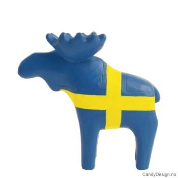 Treskåret elg i svenske farger
