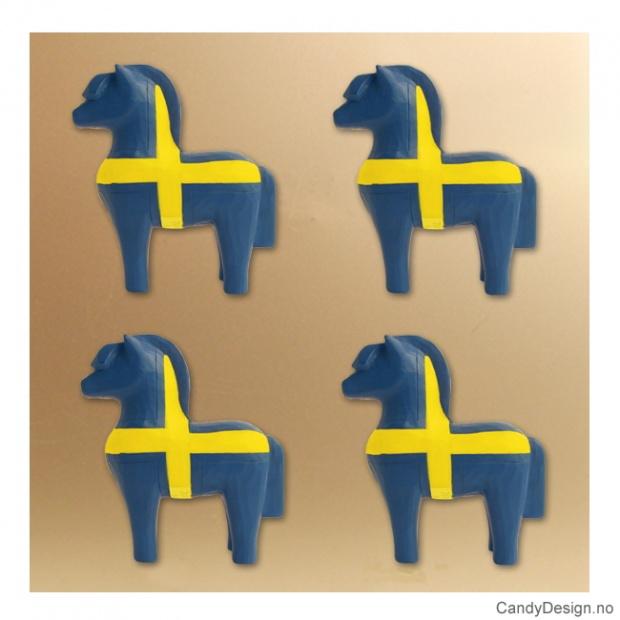 Treskåret fjording med magnet i svenske farger