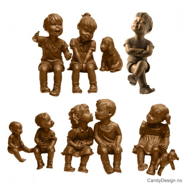 Kantsittende barn i bronse assortert