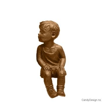 Kantsittende barn i bronse - Gutt med hendene i fanget