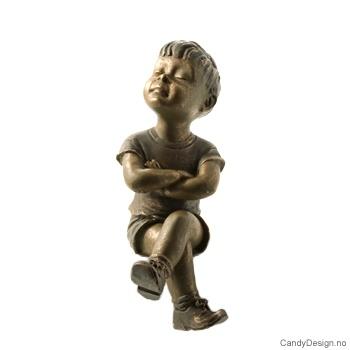 Kantsittende barn i bronse - Gutt armene i kors