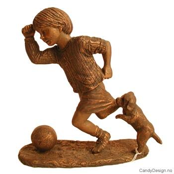 Bronse gutt med ball og valp