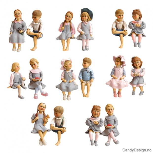 Små Carl Larsson barne figurer sittende på kant - assortert