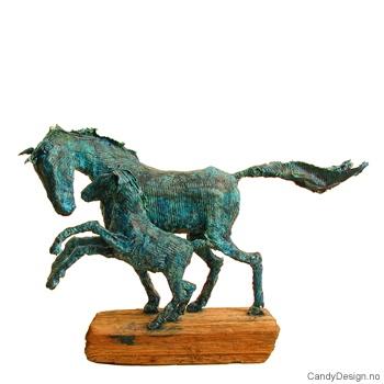 Hest med føll skulptur