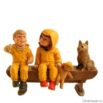 Barnehagebarn på langbenk - Skrytende gutt, pike med bamske og hund