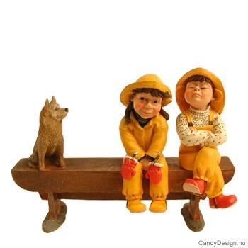 Barnehagebarn på langbenk - Genert pike, overlegen gutt og hund
