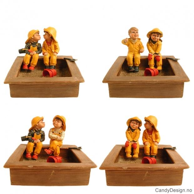 2 barnehagebarn i sandkasse assortert