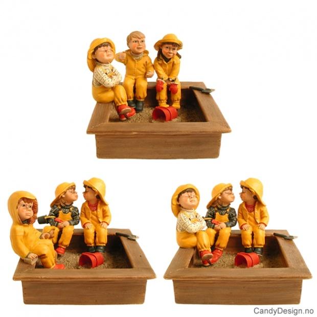 3 barnehagebarn i sandkasse assortert