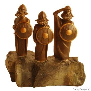 Tre moderne vikinger på stein