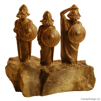 3 moderne vikinger på stein