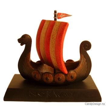 Avlangt suvenir vikingskip med seil på stett