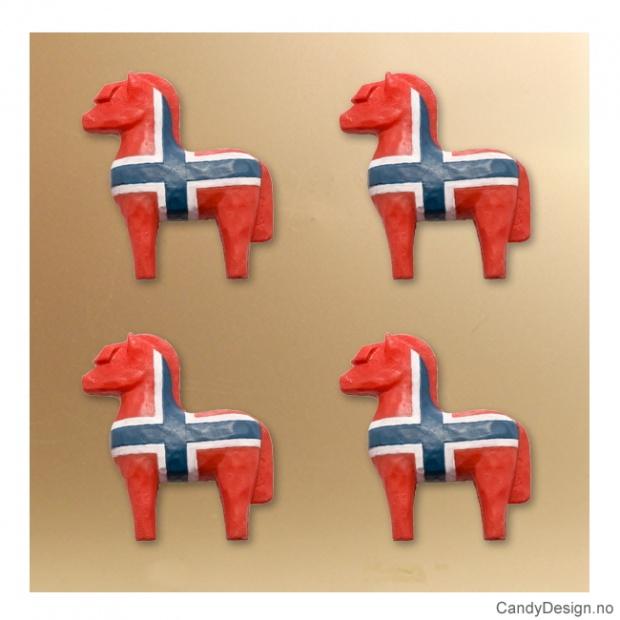 Treskåret fjording med magnet i norske farger