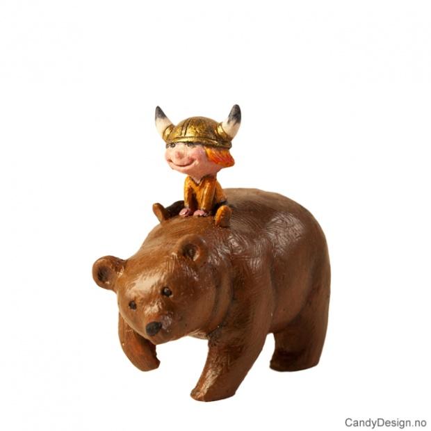 Viking gutt sittende på en brunbjørn